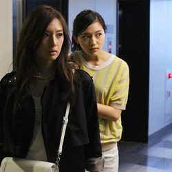 (左から)北川景子、川口春奈/連続ドラマ「探偵の探偵」第1話より