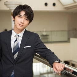 """吉沢亮、波瑠との美しすぎるキスシーンに思わぬ""""おじゃま虫""""がいたことを明かす 「サバイバル・ウェディング」インタビュー"""