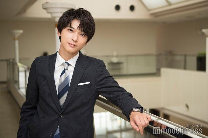 """モデルプレスのインタビューに応じた吉沢亮 """"柏木王子""""バージョンで撮り下ろし!(C)モデルプレス"""