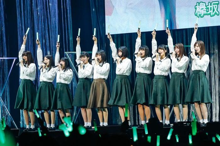 松田里奈は左から2番目/欅坂46・2期生&けやき坂46・3期生「W-KEYAKIZAKAの詩」 (提供写真)