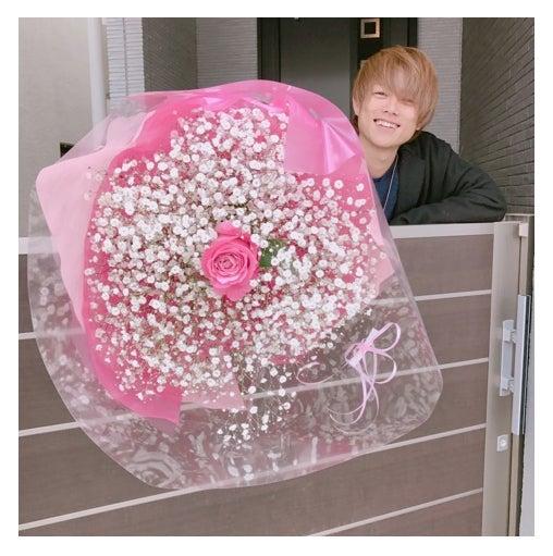 花束を持って出迎える杉浦太陽/辻希美オフィシャルブログ(Ameba)より