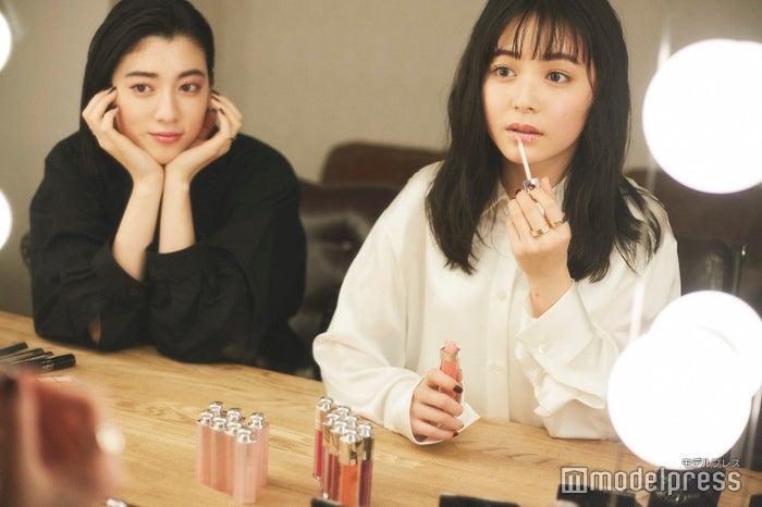 三吉彩花(左)&久間田琳加(右)(C)モデルプレス