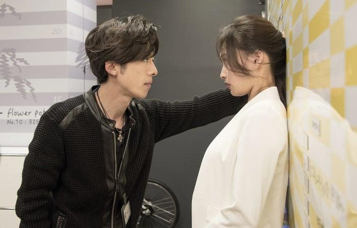 高橋一生の壁ドンが見られる『わたしに運命の恋なんてありえないって思ってた』(C)関西テレビ