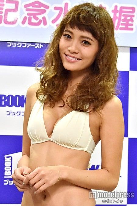 小泉梓、SEXYボディで悩殺 水着姿でファンお出迎え【モデルプレス】