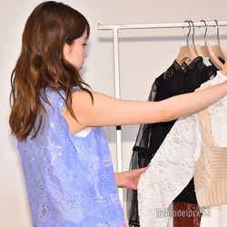 服を選ぶ加藤玲奈 (C)モデルプレス