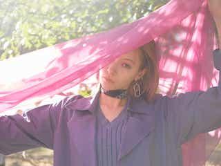 八木アリサ、フェミニン春コーデで魅了