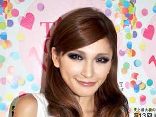 高橋真依子、美容の秘訣・ファッションのこだわりを語る モデルプレスインタビュー