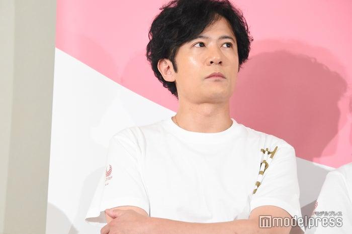 考える稲垣吾郎(C)モデルプレス