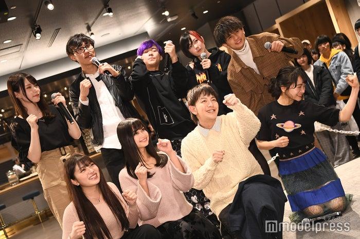 TikTok撮影中の様子/(後列左から)脳て、Hiro、ほまれ、夜道雪、北出大治郎(前列左から)市川莉乃、西山乃利子、たくぽん、福田愛依(C)モデルプレス