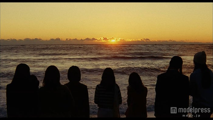 夕方のショット/AKB48「Green Flash」MVより(C)AKS