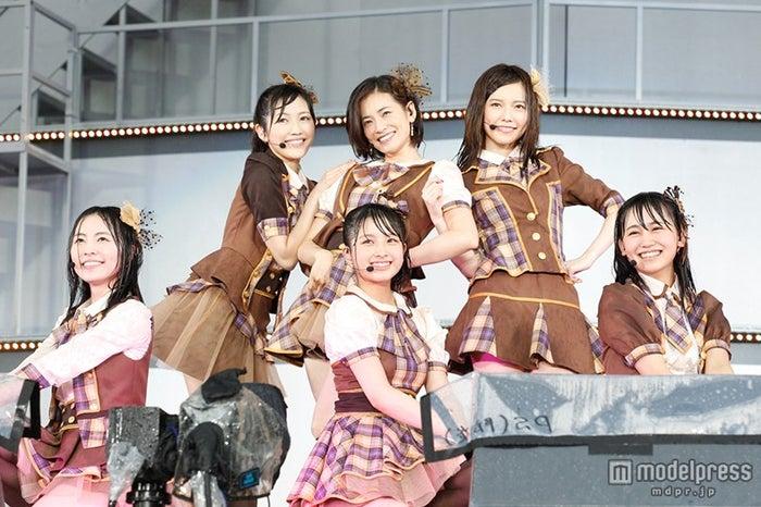 AKB48 37thシングル選抜総選挙 夢の現在地~ライバルはどこだ?~」の第1部ライブに出演した塚本まり子(後列中央)/(C)AKS