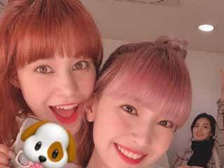 """NiziUニナ&マユカ、仲良し2ショット公開「尊いコンビ」の声 """"ひょっこりアヤカ""""も"""