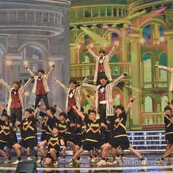 男子チアリーディングとパフォーマンスを披露したHey! Say! JUMP(C)モデルプレス
