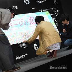 ファンからのメッセージを熟読する板垣瑞生、濱田龍臣、古川雄輝 (C)モデルプレス