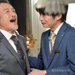 晴れやかな表情の吉田鋼太郎と、涙が止まらない田中圭。(C)モデルプレス