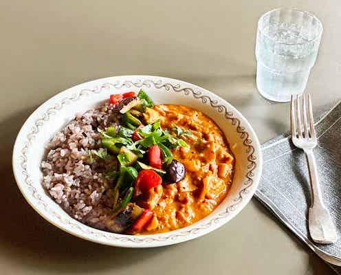 我が家の定番。料理家 小堀紀代美さんの「チキントマトカレー 野菜のソテーのせ」【今日のおうちカレー #7月26日】