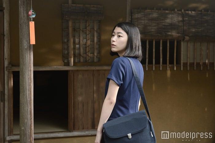 茶室に入っていく成海璃子(C)2015 「無伴奏」製作委員会