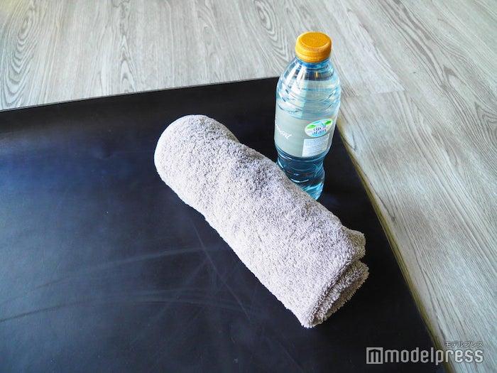 ヨガルームでタオルとお水も用意してくれているので、手ぶらで会場へGO(C)モデルプレス