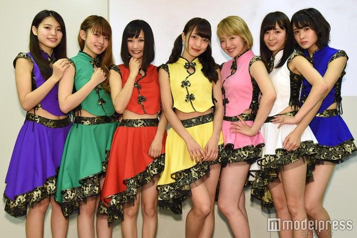 (左から)REINA、SAYA、CHIE、ERISA、RARA、まりりん、YUNA (C)モデルプレス