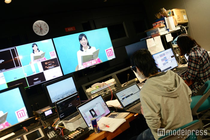 サブではスタッフがリアルタイムでニュースの準備(C)モデルプレス