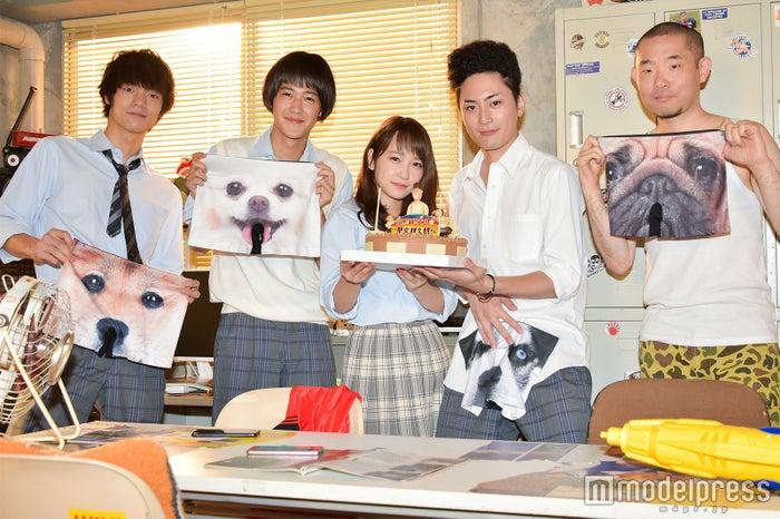 「僕たちがやりました」に出演する(左から)窪田正孝、葉山奨之、川栄李奈、間宮祥太朗、今野浩喜 (C)モデルプレス