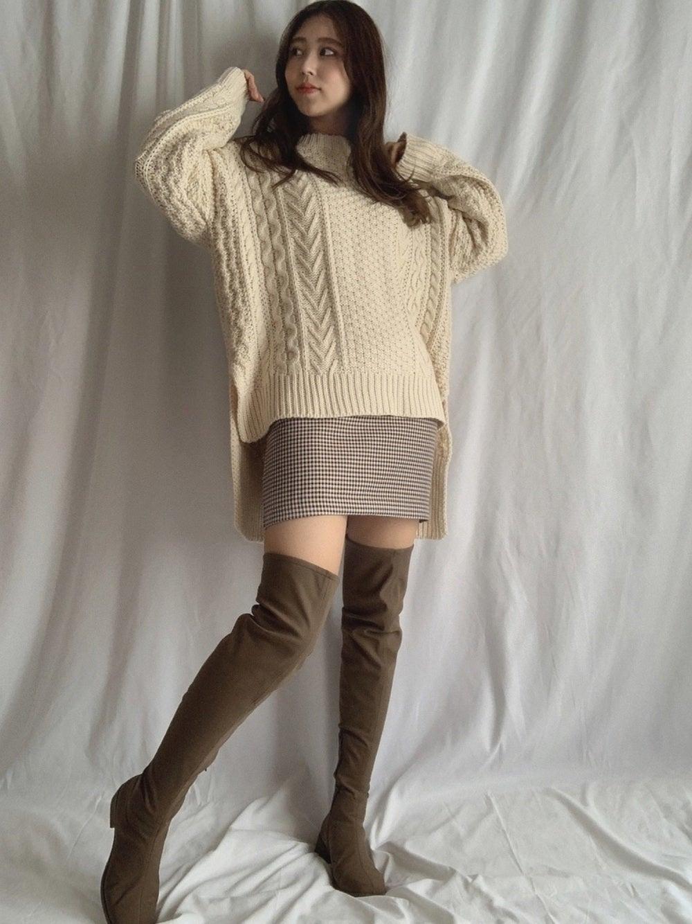 ニットにグレンチェックのスカートのコーデ