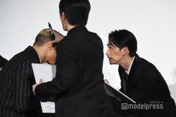 白石聖の似顔絵を描くはずが脱線する関口メンディー、町田啓太、佐野玲於 (C)モデルプレス