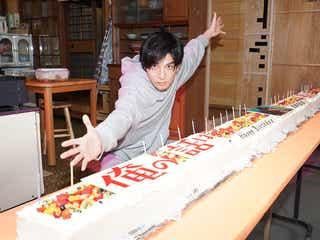 """生田斗真へ誕生日サプライズ 3mの""""長い""""ケーキでお祝い<俺の話は長い>"""