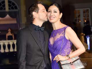 アンミカ夫妻、ランウェイで熱々キス 幸せオーラ全開<BAZAAR ICONS>
