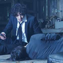 賀来賢人、広末涼子/「ニッポンノワール―刑事Yの反乱―」第1話より(C)日本テレビ