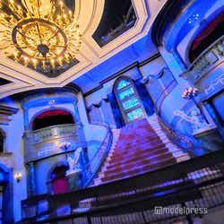 「美女と野獣の城」玄関の広間(プロローグ)(C)モデルプレス (C)Disney