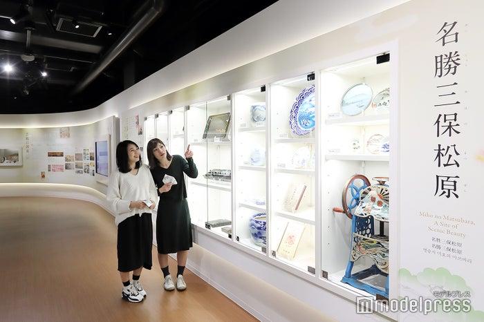 2019年3月にオープンした「みほしるべ」。三保松原と富士山がモチーフになった工芸品や日用品などが数多く展示されています。(C)モデルプレス