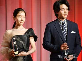 田中みな実、デコルテ&背中を大胆露出 中村倫也とベストドレッサー賞受賞