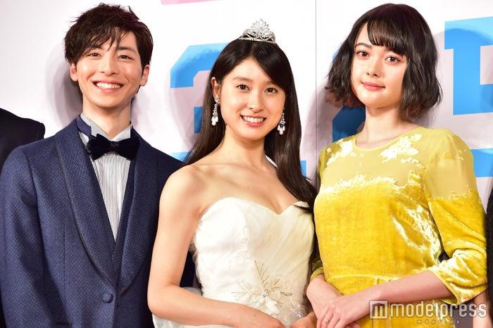 西畑大吾と同級生役の(左から)高杉真宙、土屋太鳳、玉城ティナ(C)モデルプレス