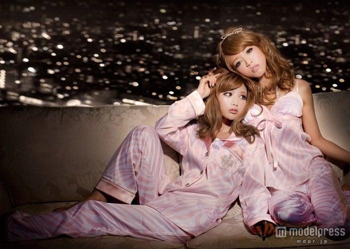 左から:「Rady」デザイナー武藤静香、イメージモデルの釈由美子