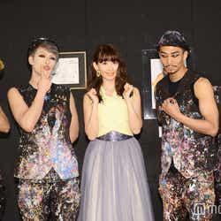 小嶋陽菜(中央)とイベントパフォーマー(C)モデルプレス