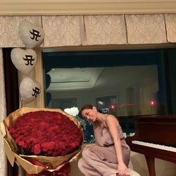 浜崎あゆみ、巨大な花束の隣で微笑む写真を披露「めちゃ可愛い〜」「綺麗だわ」