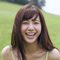 """モデルプレス - """"日本一すっぴんが可愛い22歳""""大伴理奈、谷間くっきりビキニで笑顔はじける"""