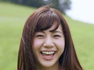 """""""日本一すっぴんが可愛い22歳""""大伴理奈、谷間くっきりビキニで笑顔はじける"""
