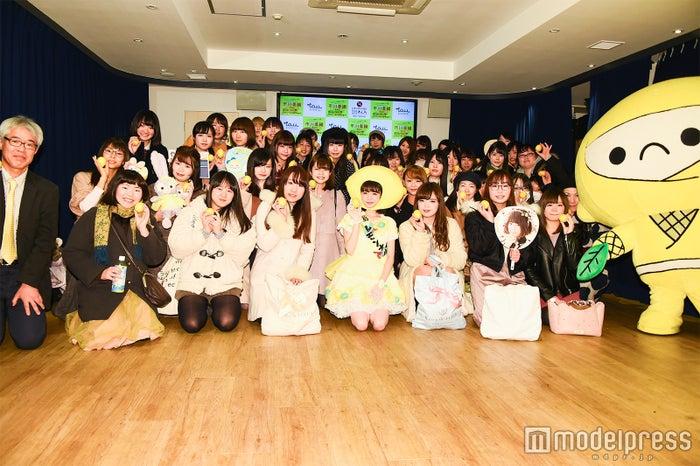 女性ファンとレモン博士の井上孝司氏(左)、レモンじゃ(右)/イベントの様子 (C)モデルプレス
