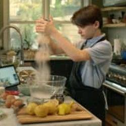 Netflix「ストレンジャー・シングス」のノア・シュナップ映画初主演作『エイブのキッチンストーリー』の先行配信&Blu-ray・DVD発売決定!監督からのコメント映像も到着!
