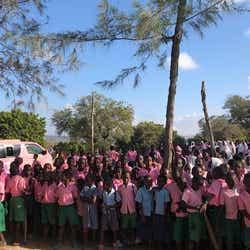 ケニアの子どもたちとラブワゴン(提供画像)