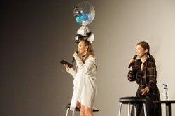 ファンからのサプライズメッセージアルバムに感激する倖田來未(画像提供:avex)