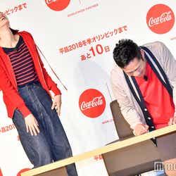 恥ずかしさに悶える高橋大輔と大笑いの綾瀬はるか (C)モデルプレス