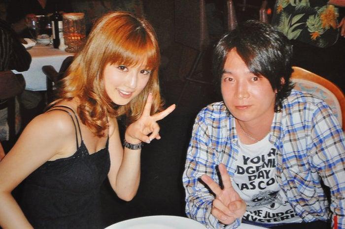 (左から)小倉優子、菊池勲氏