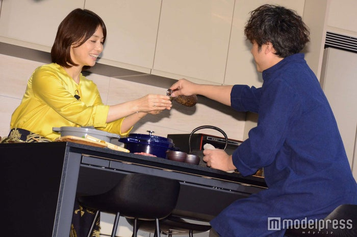 熱燗で乾杯する石田ゆり子、ムロツヨシ (C)モデルプレス