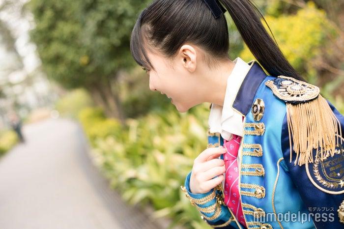 衣装が派手だったため(?)通りがかった子供に「新しいキャラクター?」と間違えられて思わず笑う田中美久(C)モデルプレス