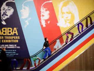 ABBA展がロンドンでスタート、ファンが集めたグッズも展示