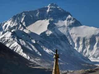 中国がエヴェレスト山頂に「分離線」 ネパール側の感染者を警戒