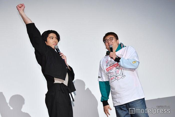 福田雄一監督(右)が映画化決定を発表した瞬間、ガッツポーズを決める賀来賢人(左)(C)モデルプレス
